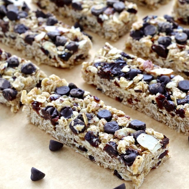 No-Bake Chocolate Cherry Almond Granola Bars | @foodiephysician